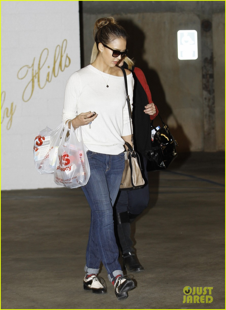 Jessica-alba-mom-shopping-10